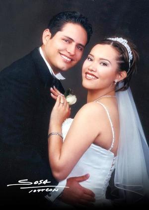 L.A.E. Daniel Arturo Juárez Salazar y la Srita. Haydeé González Ramírez contrajeron matrimonio religioso en la iglesia de Nuestro Señor de la Misericordia el cuatro de octubre de 2003. <p> <i>Studio Sosa</i>