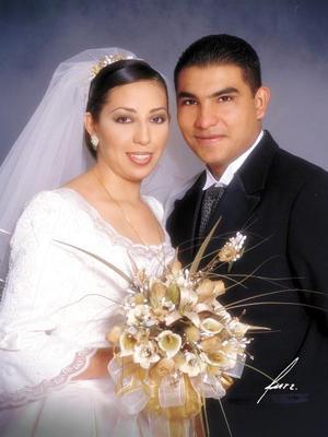 Sr. Mario Adolfo Vázquez Sánezpardo y Srita. Brisa Alejandra Cruz de Santiago contrajeron matrimonio religioso en el Santuario del Cristo de las Noas el 21 de noviembre de 2003.  <p>  <i>Estudio: Alfredo Martínez.</i>
