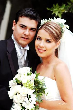Sr. Ramiro Enríquez Máynez y Srita. Mónica Barba Pastrana recibieron la bendición nupcial en la parroquia de Nuestra Señora de la Virgen de la Encarnación el 15 de noviembre de 2003.  <p> <i>Estudio Maqueda</i>