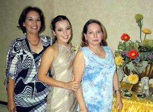 Lorely Rosalía Ceballos acompañada de las organizadoras de su despedida de soltera Myrna de Guzmán y Rosalía de Ceballos