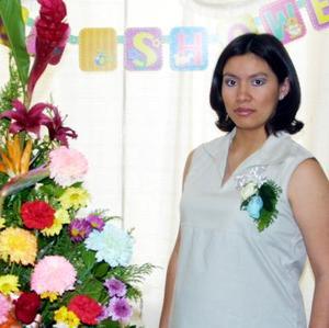 Claudia Angélica Flores Salas recibió un gran número de felicitaciones en la fiesta de regalos que le ofrecieron por el próximo nacimiento de su bebé.