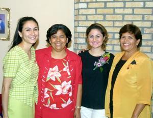 Karla Ortiz  Oropeza  acompañada de las organizadoras de su despedida de soltera, San Juana Adame Escamilla, Gloria Adame Escamila y América Zamora Adame.