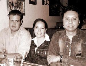 Enrique, Laura  e Isaac captados en un restaurante de la localidad.