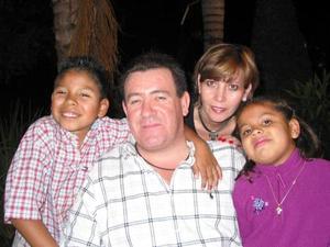Jorge Carrillo y Marcela de Carrillo acompañada de sus hijos Alejandro y Ana Sofía.
