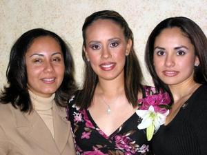 Judith Balboa Malerva en su fiesta de despedida acompañada De su hermana Brenda y su cuñada Rocío Saldaña.