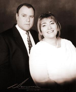 Lic. Ricardo Gutiérrez del Bosque y Profra. María Dolores García Ortega contrajeron matrimonio el 24 de octubre de  2003.