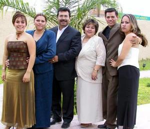 Cristy, Irma, Aída, Antonio, Irma y Edith Silva captados en pasada reunión familiar.