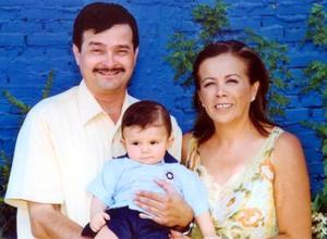 El pequeño Diego Armendáriz en compañía de sus abuelos maternos Ing. Francisco Fernando Arroyo Hernández y Brenda Luna de Arroyo el día de su bautizo en la Iglesia Cristo Redentor de Hombres.