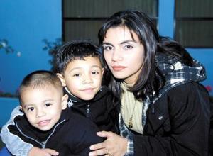 Irma Leticia de Rangel acompañada de sus hijos Víctor y Diego Rangel.
