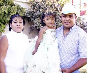 Odalis Magallanes Rico en compañía de sus papás Sergio Magallanes y Patricia Rico de Magallanes en el festejo por su cumpleaños