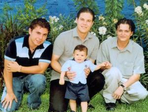 Pablo y Javier Armendáriz Reyes Retana y Francisco Arroyo Luna, padrinos del pequeño Diego Armendáriz Arroyo el día que recibió las benditas aguas del bautizo.