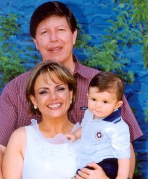 El niño Diego Armendáriz Arroyo con sus abuelos paternos Dr. Javier Armendáriz y Laura Reyes Retana  el día que recibió el sagrado Sacramento del bautizo.