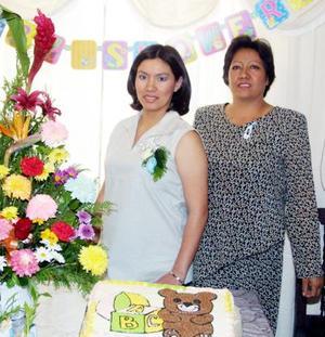 Claudia Flores Salas acompañada de su mamá María Salas Nevares el día de su fiesta de canastilla.