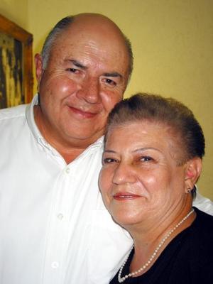 Enrique Favela Aguilera junto a su esposa Laura Estela Varón de Favela el día que festejó su cumpleaños.
