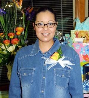 Esther Díaz Alvarado de Silva captada en la fiesta de regalos que le organizaron por el próximo nacimiento de su bebé.