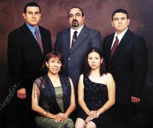 Lic. Octaviano Sánchez Sánchez y Lic. María del Carmen García Hernández celebraron su 25 aniversario de bodas de plata matrimoniales en compañía de sus hijos.