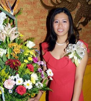 <u>30 de noviembre </u><p> Laura Verónica Fonjau Woo Muñoz en la despedida de soltera que le ofrecieron por su cercano matrimonio.
