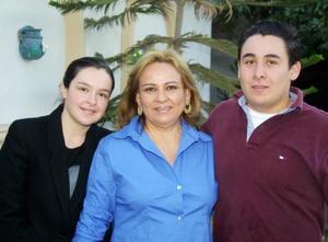 Carmen Macias Luévano acompañada de Alejandra y Alfredo García en el convivio que se le ofreció por su cumpleaños.