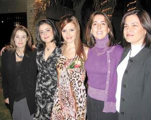 <u>01 de diciembre</u><p> La futura novia Márgara Dueñes junto a las organizadoras de su despedida de soltera.