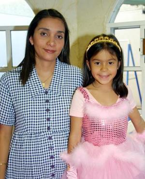 Ana Gabriela Yee Castro acompañada de su mamá Gabriela Castro de Yee en el festejo infantil que le organizó por sus seis años de vida.