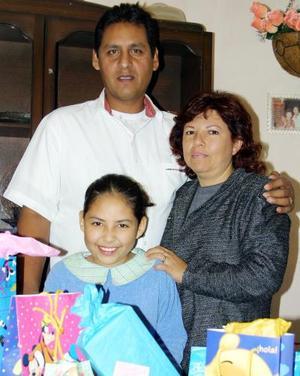 La pequeña Alejandra acompañada de sus papás Rubén Chacón y Socorro Reyes en la fiesta que le organizaron por su cumpleaños.