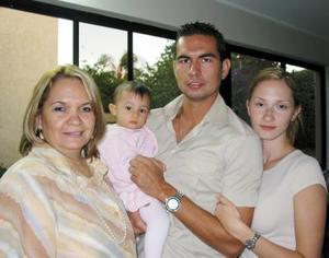 La pequeña Marifer Santibáñez Salas cumplió un año de vida y por tal motivo sus papás Víctor Santibáñez y Estrella Salas de Santibáñez, y su abuelita Aracely Noé le prepararon un divertido festejo infantil.