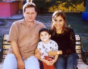 Luis Sánchez y Laura Banda de Sánchez acompañados por su hijo Luisito Sánchez en pasado festejo social.
