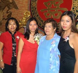 Laura Verónica Fonjau Woo Muñoz, acompañada de un grupo de asistentes a su despedida de soltera en días pasados.