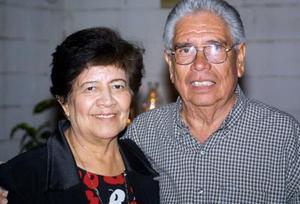 María Teresa Prieto de Luna y Antonio Luna Pineda en el festejo que les organizaron por sus 46 años de casados.