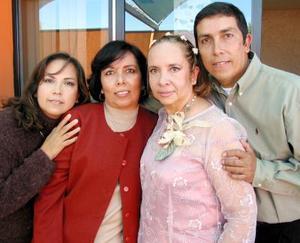 Señora Cecilia Guadalupe Aguilera de Reyes, en compañía de sus hermanos Paty, Guadalupe y Humberto.