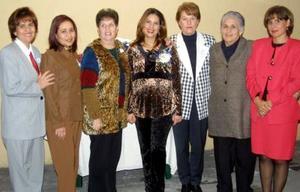 Albertine Acevedo de Dávila acompñadad de algunas asistentes a su fiesta de canastilla.