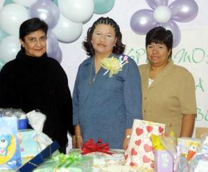Karla Castañón de Rosales acompañada de Amalia Perales de Castañón y Violeta Balderas en la fiesta de canastilla que le ofrecieron