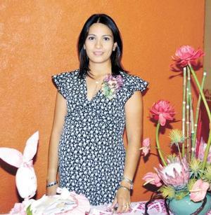 Marcela García de Llorens recibió numerosas felicitaciones por el próximo nacimiento de su bebé.