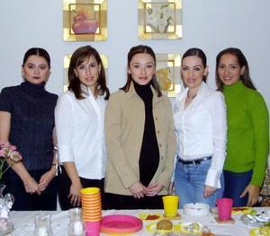 <u>02 de diciembre </u><p> Maru González, Laura Leal, Liliana Ochoa y Mónica Díaz de León le ofrecieron una fiesta de regalos a Gabriela González de Martínez en honor del bebé que espera.