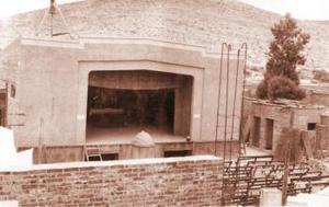 Para poder construir la capilla, los padres edificaron el teatro San Juanito, el que actualmente se encuentra atrás de la parroquia. En ese espacio se hacían actividades para recabar fondos económicos y así continuar con el levantamiento de tan grandiosa obra.