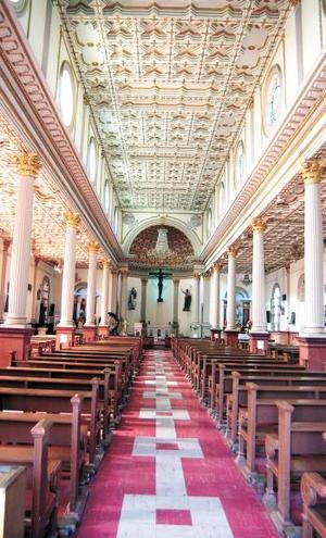 Fue al poniente de la naciente ciudad de Torreón donde se construyó ésta, diseñada al estilo basilical, con tres naves.
