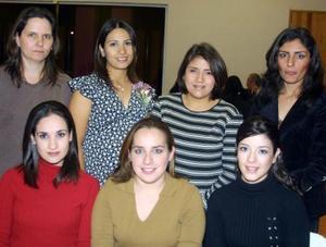 <u>05 de diciembre</u><p> Marcela García de Llorens acompañada de algunas de las asistentes a su fiesta de regalos.
