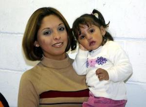 Estefanía Castellanos Vázquez acompañada de su mamá, Macrina de Castellanos en su fiesta de cumpleaños.