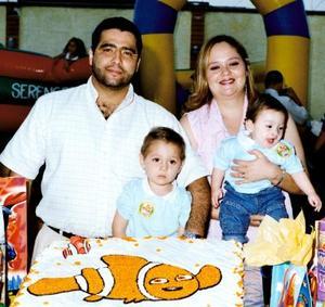 El pequeño Miguel Adrián acompañado de sus padres Héctor Miguel Hernández y Adriana Velasco y de su hermanito Daniel Alejandro en la fiesta  que le organizaron por su cumpleaños.