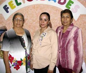 Graciela Caballero de Garza en compañía de las organizadoras de su fiesta de regalos, Concepción Luévanos de Caballero y María Santos Rodríguez Caldera.
