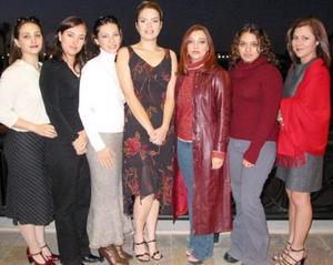 Liliana  Delasse Sánchez acompañada de sus amigas en la despedida de soltera que le ofrecieron recientemente.