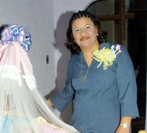 Karla Castañón de Rosales recibió un gran número  de felicitaciones por el próximo nacimiento de su bebé.