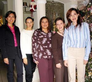 Lizeth Safa de Murra en la fiesta de regalos que le prepararon Liliana de Gilio, Gaby de Díaz, Lorena de González y Franciela de Castill.