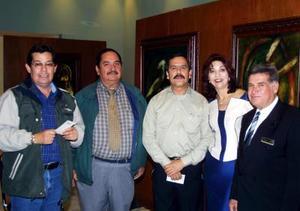 Francisco Rey Guevara, Mauro Aguado, Raúl Meraz y Pablo Amaya con la pintora Pilar Rincón.