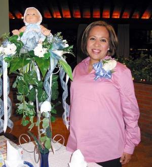 Beatriz Simora Rivadeneyra de Flores recibió sinceras felicitaciones por el cercano nacimiento de su bebé.