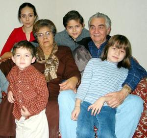 Fernando Aguado acompañado por su esposa y nietos en el festejo que le organizaron con motivo de su 70 aniversario de vida.