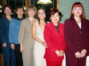 Ivonne Chávez con las organizadoras de su fiesta de despedida, ella contraerá matrimonio con Arturo Iván Núñez Treviño.