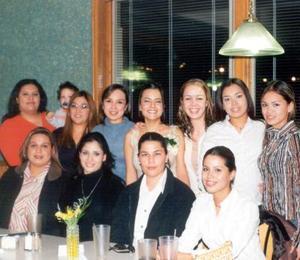 La cercana contrayente Ivonne Chávez acompañada de sus amigas en la fiesta que le organizaron por su cercano matrimonio.