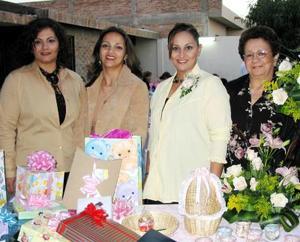 Mayela Ramírez de Vélez acompañada de las organizadoras de su fiesta de canastilla, las señoras Teresa Ramírez, Lupita de Manzanera y Lucy de Pizado.