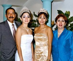 Señores Enrique Flores de la O y Lupita Ramos de Flores en compañía de sus hijas Vanessa y Adriana reina saliente y actual del Club de Leones de Gómez Palacio.